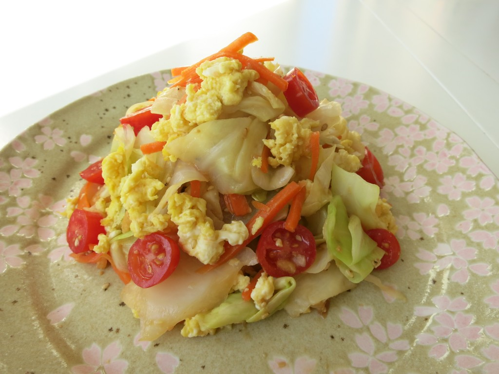 Cabbage with egg, tomato, and carrot